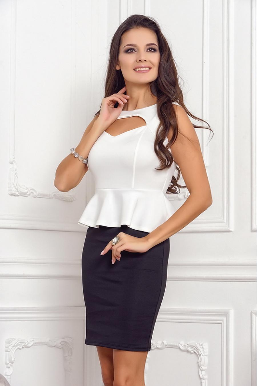 белое платье-футляр для лета